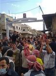 <p>Демонстранты около мечети Омари в городе Дераа (Сирия), 22 марта 2011 года. Силы безопасности Сирии застрелили по меньшей мере шесть человек в результате атаки на лагерь демонстрантов у мечети в городе Дераа на юге страны, где проходят беспрецедентные антиправительственные выступления, сообщили жители города. REUTERS/Khaled al-Hariri</p>