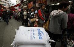 <p>Люди стоят в очереди за солью в Гонконге 17 марта 2011 года. Житель Китая, купивший 6,5 тонн йодированной соли в надежде заработать на спросе, взлетевшем из-за паники вокруг радиации из Японии, теперь не может сбыть товар на сумму свыше $4.000, сообщила газета China Daily в пятницу. REUTERS/Bobby Yip</p>