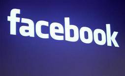 <p>Foto de archivo del logo de la firma Facebook en su casa central Palo Alto, mayo 26 2010. La gigantesca red social Facebook está tratando de contratar al ex secretario de prensa de la Casa Blanca Robert Gibbs para un puesto directivo, reportó el periódico The New York Times.  REUTERS/Robert Galbraith</p>