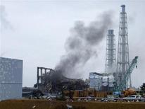 """<p>Дым распространяется от третьего энергоблока АЭС """"Фукусима-1"""" 21 марта 2011 года. Топливные стержни на энергоблоках № 1, № 2 и №3 аварийной японской АЭС """"Фукусима-1"""" повреждены и велика вероятность утечки радиоактивных веществ из защитных контейнеров, сообщило во вторник Агентство по ядерной и промышленной безопасности. REUTERS/Tokyo Electric Power Co.</p>"""