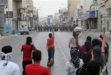 <p>Полиция и демонстранты в Эль-Катифе 11 марта 2011 года. Саудовская Аравия выпустит 1,5 миллиона копий указа, составленного богословами, признавшими народные протесты вне закона и назвавшими их антимусульманскими, сообщило государственное информационное агентство SPA во вторник. REUTERS/Stringer</p>
