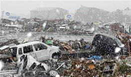 <p>Una venstisca sacude el área de una fábrica afectada por un sismo y un tsunami en Sendai, Japón, mar 16 2011. Las preocupaciones sobre el suministro de componentes claves después del sismo y tsunami del 11 de marzo en Japón continuaron pesando el martes sobre el sector tecnológico. REUTERS/Kim Kyung-Hoon</p>