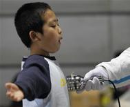 <p>Медицинский сотрудник проверяет мальчика на возможное облучение в эвакуационном центре в Корияме, 1 апреля 2011 года. Япония уже три недели борется с последствиями стихийного бедствия, но на аварийной АЭС продолжаются утечки радиации, а тысячи потерявших крышу над головой людей пытаются приспособиться к жизни в новых условиях. И надежд на скорое разрешение проблем пока мало. REUTERS/Kim Kyung-Hoon</p>