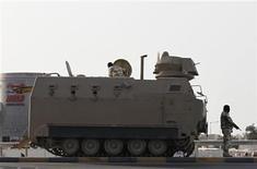 <p>Un vehículo armado para transporte de tropas en Budaiya, Bahréin, mar 25 2011. Bahréin puso en libertad a un conocido bloguero pero detuvo a varias personas, entre ellos un médico simpatizante de la oposición, en la última serie de arrestos desde que el reino reprimió las protestas callejeras, dijeron el viernes fuentes opositoras. REUTERS/Hamad I Mohammed</p>