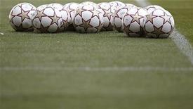 <p>Футбольные мячи лежат на газоне в Мадриде, 21 мая 2010 года. Матчи Лиги чемпионов и Лиги Европы, а также чемпионатов России, Украины, Испании, Германии и Нидерландов пройдут на этой рабочей неделе. REUTERS/Kai Pfaffenbach</p>