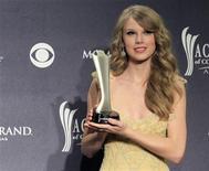 <p>Taylor Swift sostiene su premio otorgado por la Academia de Música Country en Las Vegas. abr 3 2011. Taylor Swift ganó por primera vez el principal galardón de los Premios de la Academia de Música Country, luego de verse eclipsada en la ceremonia celebrada en Las Vegas por los multi-galardonados Miranda Lambert y Lady Antebellum. REUTERS/Sam Morris</p>
