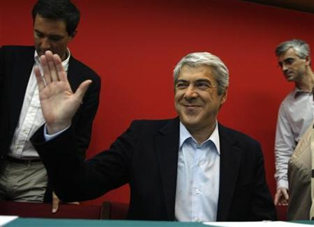 Portuguese Prime Minister Jose Socrates waves during a meeting with socialist mayors in Lisbon March 27, 2011. REUTERS/Rafael Marchante