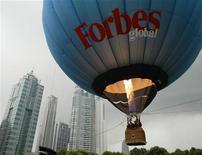 <p>Воздушный шар с логотипом Forbes взлетает в Шанхае, 16 сентября 2003 года. Жадный селезень, вампир и юный вундеркинд попали в список самых богатых вымышленных персонажей, составленный журналом Forbes. REUTERS/Claro Cortes</p>