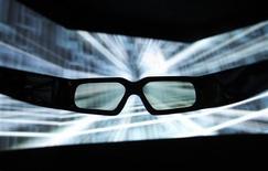 """<p>Очки для просмотра трехмерных изображений на выставке в Токио, 23 июня 2010 года. Трехмерный синий ара из мультфильма """"Рио"""" стремительно взлетел на вершину международного проката, покорив за три дня зрителей из самых разных стран, и особенно - россиян. REUTERS/Yuriko Nakao</p>"""