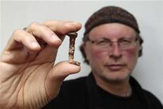 <p>El investigador Simcha Jacobovici muestra un presunto clavo de la cruz de Jesús en la Universidad de Tel Aviv, abr 6 2011. ¿Podrían dos de los clavos utilizados para crucificar a Jesús haber sido descubiertos en una tumba de 2.000 años de antigüedad en Jerusalén? REUTERS/Baz Ratner</p>