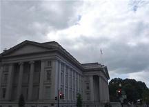 <p>Foto de archivo del edificio del Tesoro estadounidense en Washington, sep 29 2008. Los precios de la deuda del Gobierno estadounidense trepaban el martes después de que Japón elevó el nivel de severidad de la crisis en una planta nuclear dañada por el reciente terremoto, reactivando la demanda por bonos y otros activos de menos riesgo en busca de refugio. REUTERS/Jim Bourg</p>