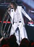 """<p>El líder de Aerosmith, Steven Tyler, cantando """"Walk This Way"""" durante la entrega anual de los premios a la música Country en Las Vegas, abr 3 2011. Tyler, publicará sus memorias en todo el mundo el 3 de mayo, con la promesa de compartir """"todas las historias íntegras de libertinaje, sexo y drogas, trascendencia y dependencia química que siempre querrán escuchar"""". REUTERS/Steve Marcus</p>"""