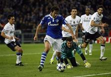 <p>Raúl dribla Julio Cesar e marca o primeiro gol da vitória do Schalke por 2 x 1 contra a Inter de Milão em Gelsenkirchen. 13/04/2011 REUTERS/ Ina Fassbender</p>