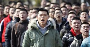 <p>South Korean actor Hyun Bin (C) sings a song during an admission ceremony for new soldiers at the Marine Corps recruit training centre in Pohang, about 370 km (230 miles) southeast of Seoul, in this March 7, 2011 file photo Hyun who attracted thousands of fans to his send-off for compulsory military service is to be posted to an island in a hostile area close to North Korea, in a story as reported by Reuters on April 19, 2011. REUTERS/Jo Yong-Hak/Files</p>