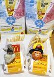 """<p>Наборы Happy Meal с игрушечными часами в виде персонажей фильма """"Шрек навсегда"""" Осла и Кота в сапогах в ресторане McDonald's в Лос-Анджелесе 22 июня 2010 года. Судебный иск, требующий от сети ресторанов McDonald's прекратить продажу наборов для детей Happy Meal, необходимо отклонить, так как родители всегда могут запретить детям есть их, заявила компания. REUTERS/Mario Anzuoni</p>"""