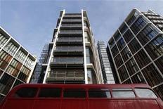 <p>Автобус проезжает мимо нового жилого комплекса One Hyde Park в Лондоне 19 января 2011 года. Группа Систем Кэпитал Менеджмент (СКМ), принадлежащая богатейшему гражданину Украины Ринату Ахметову, сообщила о приобретении самого дорогого в Лондоне трехэтажного пентхауса стоимостью около 135 миллионов фунтов (примерно $220 миллионов). REUTERS/Luke MacGregor</p>