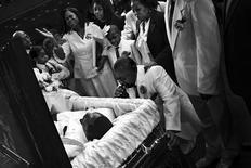 <p>Foto de Barbara Davidson, do Los Angeles Times, que ganhou o prêmio Pulitzer 2011 de Fotografia. Jamiel Shaw Sr. ajoelha-se diante do caixão do filho, mais uma vítima inocente da violência das gangues de Los Angeles. REUTERS/Barbara Davidson/Los Angeles Times/Divulgação</p>
