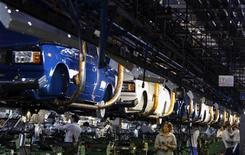 <p>Сборочный цех на заводе Автоваза в Тольятти 25 сентября 2009 года. РФ завершила первый квартал пересмотром противоречивых макроэкономических данных: динамика реальных зарплат по-прежнему не догоняет опережающий рост розничной торговли, капитальные инвестиции падали все три месяца, зато однозначной отдушиной для властей может стать сокращение безработицы. REUTERS/Denis Sinyakov</p>