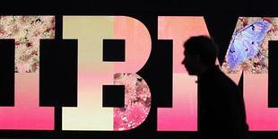<p>IBM a publié des trimestriels qui ont battu le consensus, grâce à la croissance des segments logiciels et calculateurs. Le bénéfice hors exceptionnels du géant de l'informatique s'élève à 2,41 dollars par action au premier trimestre. /Photo prise le 27 février 2011/REUTERS/Tobias Schwarz</p>