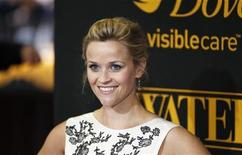 """<p>Foto de archivo de la actriz Reese Witherspoon durante el estreno de la cinta """"Water for Elephants"""" en Nueva York, abr 17 2011. Witherspoon puede saltar de espaldas sobre su último compañero de reparto, que a cambio puede o bien lanzar a la actriz por los aires o bien aplastarla. REUTERS/Lucas Jackson</p>"""