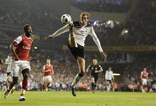 <p>Peter Crouch, do Tottenham Hotspur, domina a bola durante partida do Campeonato Inglês contra o Arsenal. 20/04/2011 REUTERS/Dylan Martinez</p>