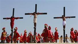 <p>Penitents hang on crosses as they are crucified during Good Friday Lenten rites in Cutud, San Fernando Pampanga in northern Philippines April 22, 2011. REUTERS/Erik de Castro</p>