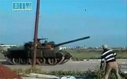 <p>Кадр видеозаписи, на которой мужчина кидает камень в танк, в Дераа 25 апреля 2011 года. Сирийские военные на танках и бронетранспортерах вошли в город Дераа на юге страны в понедельник и открыли огонь, сообщают местные жители, что стало очередным шагом по усмирению протестов, с новой силой разгоревшихся в последние дни. REUTERS/Social Media Website via Reuters TV</p>