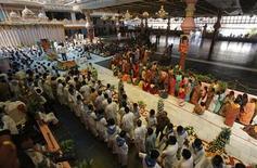<p>Seguidores fazem fila para prestar suas últimas homenagens ao guru espiritual indiano Sri Sathya Sai Baba em Puttaparti, no estado de Andhara, ao sul da Índia. O guru, reverenciado por milhões como um deus, morreu no domingo aos 86 anos, de falência múltipla de órgãos. 25/04/2011 REUTERS/Adnan Abidi</p>