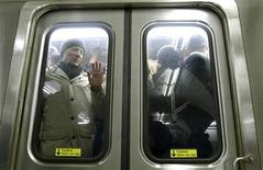 <p>Morning commuters traveling to New York pack into a PATH train in Hoboken, New Jersey, December 28, 2010. REUTERS/Gary Hershorn</p>