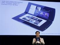 <p>Executivo da Sony demonstra o tablet S2 durante lançamento em Tóquio. Modelo dobrável tem duas telas de 5,5 polegadas, chip Nvidia Tegra 2 e câmeras frontal e traseira.</p>