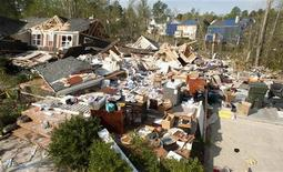<p>Разрушенные стихией дома в Роли, штат Северная Каролина, 18 апреля 2011 года. По меньшей мере 45 человек погибли в штате Алабама из-за обрушившейся на юго-восток США штормовой погоды. REUTERS/Jon Gardiner</p>