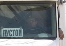 <p>Водитель ждет закачки топлива около станции в 30 километрах от Москвы, 27 апреля 2011 года. Российские нефтяные компании договорились с чиновниками отказаться от экспорта нефтепродуктов в мае ради насыщения внутреннего рынка, на котором разгорелся бензиновый кризис. REUTERS/Alexander Natruskin</p>