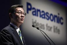 <p>Presidente da Panasonic, Fumio Ohtsubo, faz pronunciamento em evento em Tóquio, outubro de 2010. O executivo afirmou que a Panasonic tinha cerca de 350 fábricas no mundo e procurará unir operações onde for possível, como parte de medidas para acompanhar as concorrentes. 06/10/2010 REUTERS/Kim Kyung-Hoon</p>