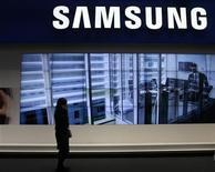 <p>Samsung Electronics prévoit des temps difficiles après avoir enregistré au premier trimestre son bénéfice le plus faible en près de deux ans, imputable à une vive concurrence dans les smartphones et à une reprise lente des ventes de téléviseurs. /Photo d'archives/REUTERS/Gustau Nacarino</p>