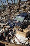 <p>Жители города Тускалуса (штат Алабама) разбирают завалы от разрушившихся в результате торнадо зданий, 28 апреля 2011 года. Жертвами пронесшихся по южным американским штатам торнадо и штормов стали как минимум 306 человек, экономический ущерб оценивается в миллиарды долларов. REUTERS/Lee Celano</p>