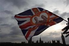 <p>Флаг с фотографией принца Уильяма и Кэйт Миддлтон напротив Вестминстерского аббатства в Лондоне 28 апреля 2011 года. Принц Уильям Уэльский женится на своей давней подруге Кейт Миддлтон в пятницу, 29 апреля 2011 года в Лондоне. REUTERS/Nir Elias</p>