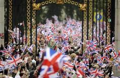 <p>Pessoas acenam bandeiras britânicas em frente ao palácio de Buckingham durante casamento do príncipe William com Kate Middleton na abadia de Westminster, em Londres. 29/04/2011 REUTERS/Dylan Martinez</p>