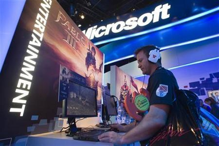 Sam McDermott plays a Fable III PC game at the Microsoft booth during the 2011 International Consumer Electronics Show (CES) in Las Vegas, Nevada January 9, 2011. REUTERS/Steve Marcus