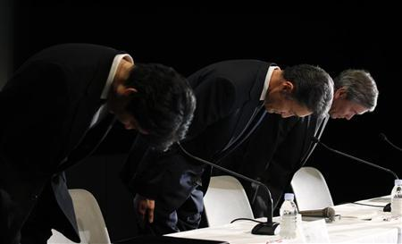 Sony Corp's Executive Deputy President Kazuo Hirai bows his head with his executives Shiro Kambe (L) and Shinji Hasejima as they apologise for a massive security breach of its PlayStation Network at a news conference in Tokyo May 1, 2011. REUTERS/Kim Kyung-Hoon