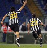 <p>Simone Pepe (à dir.) e Luca Toni, da Juventus, comemoram gol durante partida contra a Lazio pelo campeonato italiano, em Roma. 02/05/2011 REUTERS/Giampiero Sposito</p>