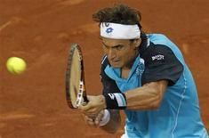 <p>O espanhol David Ferrer devolve bola para Adrian Mannarino no Aberto de Madri na terça-feira. REUTERS/Juan Medina</p>