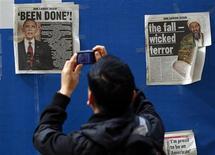 <p>Молодой человек фотографирует газету с новостью о смерти Усамы бен Ладена, Нью-Йорк, 3 мая 2011 года. Войдя в десятку важнейших новостей 21-го века, британская королевская свадьба вскоре оказалась в тени известия о смерти Усамы бен Ладена, говорится в исследовании. REUTERS/Mike Segar</p>