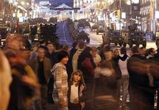<p>Люди смотрят репетицию парада ко Дню Победы в центре Москвы 3 мая 2011 года. Мэрия предложила москвичам перед Днем Победы голодать и спать на земле, чтобы ощутить на себе тяготы войны. REUTERS/Denis Sinyakov</p>