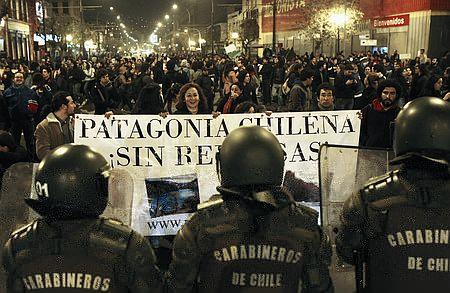 大規模ダム建設承認を聞いて、反対集会を開いた環境保護派の市民(11年5月10日、チリ・バルパライソ市)