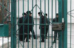 """<p>Заключенные в тюрьме под Ставрополем, 10 марта 2011 года. Депутаты правящей """"Единой России"""" предложили давать за хулиганство в самолетах и поездах до семи лет тюрьмы. В среду они внесли проект поправок в Уголовный кодекс, который сейчас не предусматривает отдельного наказания за такие проступки. REUTERS/Eduard Korniyenko</p>"""