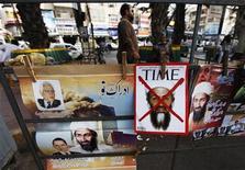 <p>Un republicano que ocupa un puesto en el Comité de Servicios Armados del Senado vio las fotos de Osama bin Laden muerto el miércoles y dijo que las imágenes - algunas horribles - no dejaban lugar a duda de que el líder de Al Qaeda está muerto. En la imagen, un quiosco exhibe portadas y posters con el imagen del líder de Al Qaeda Osama bin Laden y del presidente de EEUU; Barack Obama (abajo I) en Karachi, Pakistán, el 9 de mayo de 2011. REUTERS/Athar Hussain</p>