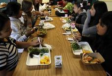 <p>Students sit down to eat a healthy lunch at Marston Middle School in San Diego, California, March 7, 2011. REUTERS/Mike Blake</p>