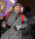 <p>Офицер полиции задерживает фотографа во время акции протеста в Санкт-Петербурге, 31 декабря 2010 года. Суды и пресса в России зависят от властей, коррупция процветает, а общественный протест подавляется вопреки обещаниям президента Дмитрия Медведева, признала международная правозащитная организация Amnesty International. REUTERS/Alexander Demianchuk</p>