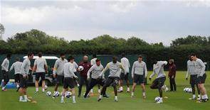 """<p>Игроки """"Манчестер Сити"""" на тренировке в Манчестере 12 мая 2011 года. Дубль аргентинского форварда Карлоса Тевеса принес """"Манчестер Сити"""" вторую победу над """"Стоук Сити"""" за последние четыре дня, не сей раз - в чемпионате Англии. REUTERS/Nigel Roddis</p>"""