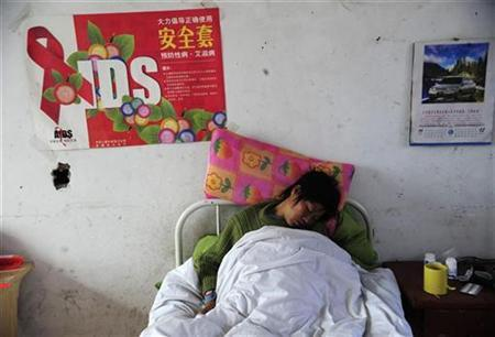 An HIV-infected patient receives medical treatment at a clinic held for HIV-infected patients in Funan county of Fuyang, Anhui province, China November 30, 2008. REUTERS/Stringer